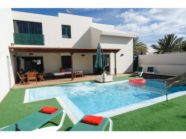 A villa that has something for everyone, couples and families alike. Built on 2 levels with one bedroom and the living quarters on the ground floor, it is situated in a quiet residential street in the
